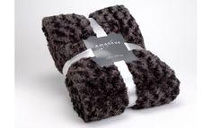 El invierno más cálido y sofisticado con esta exquisita manta Chocolate. Envuélvete en sus 240 cm de alto y 170 cm para comprobar su tacto suave. Cojines, plaids y alfombras se combinan a la perfección con esta colcha perfecta para sofás y dormitorios.  #mantas #carpets #winter #cristmasfeeling #alfombras #recibidor #hall #salones #bedroom #livingroom #cristmastdeco #gifts