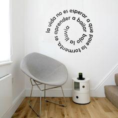 Os adelantamos el primer modelo de lo que será una nueva colección de vinilos de texto. El éxito de estos vinilos con una cita conocida, una frase profunda o palabras sueltas relativas a un tema, es que no sólo decoran nuestras paredes sino que funcionan para activar nuestra conciencia. Elige