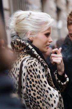 Blonde chignon and fab leopard coat equal retro heaven ! Stretstyle