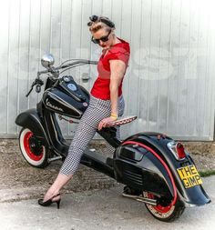 I just love everything about this picture, I mean everything. Que chulada de mujer y the original looks de la Vespa Lambretta Scooter, Scooter Motorcycle, Vespa Scooters, Custom Vespa, Custom Bikes, Retro Scooter, Motor Scooters, Mini Bike, Super Bikes