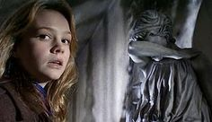 Doctor Who - Blink Honestly one of the best episodes of the series and the young Carey Mulligan gives a show. If you like Doctor Who can not stop watching this classic episode Doctor Who Blink, 10th Doctor, Doctor Who Episodes, Tv Episodes, Steven Moffat, Don't Blink, Torchwood, Time Lords, David Tennant