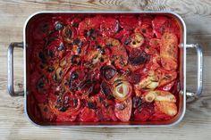 Rödbetsgratäng - krämig med fantastisk smak och dessutom vacker som en bordsdekoration i sig. Ett stående inslag på veckomenyn just nu. Veckans höjdare! Ratatouille, Parmesan, Vegetable Pizza, Zucchini, Foodies, Vegetarian Recipes, Vegan, Chicken, Dinner