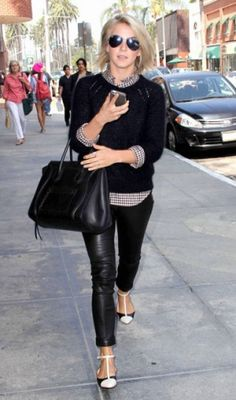 A atriz Julianne Hough apostou na sobreposição do suéter de lã com camisa xadrez e combinou com uma calça de couro.