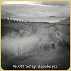 La #PicOfTheDay #turismoer di oggi è un poetico scatto dei colli bolognesi, con vista sulla Chiesa di Casaglia.. Siamo abituati ad ammirarli in giornate di sole ma la nebbia rende il paesaggio ancora più emozionante, non credete? Complimenti e grazie a @spiderrez