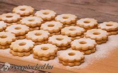 A legpuhább linzerkarika receptje - Nem érhet csalódás! Cookies, Food, Crack Crackers, Biscuits, Essen, Meals, Cookie Recipes, Yemek, Cookie