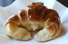 Descubrí una receta fácil y simple que facilitarán tus desayunos. En solo cinco pasos, prepará las mejores medialunas de manteca caseras. Types Of Bread, Pan Dulce, Le Chef, Crepes, Croissant, Cocktail Recipes, Bagel, Scones, Doughnut