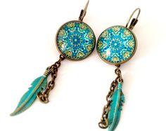 Boucles d'oreilles pendantes : mandala turquoise , plumes en bronze peintes à la main, chaîne. Bronze et verre.