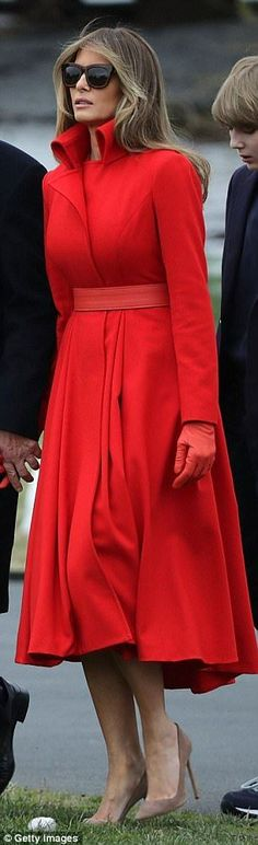 I💙MELANIA 💙Melania departing the White House to spend the weekend at Mar-a-Lago Club in Palm Beach in a vivid red belted coat Ivanka Trump, Melina Trump, Melania Knauss Trump, First Lady Melania Trump, Trump Melania, First Ladies, Princesa Diana, Belted Coat, Lady In Red