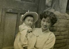 1955년 서울 집앞에서 큰딸을 안고 있는 새댁 박완서. / 조선일보 자료사진