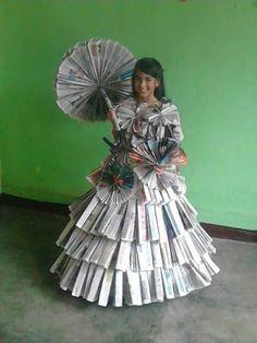 Vestido de Antaño con Periodico