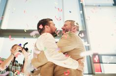 Boda gay / Gay wedding Nos ha enamorado esta boda por el buen rollo que desprenden y la felicidad de sus invitados <3 #kristenmarie #bodagay #invitaciondebodagay