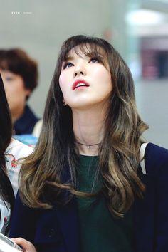 It's Wendy! Not the restaurant but the kpop idol from Canada ^^ Seulgi, Park Sooyoung, South Korean Girls, Korean Girl Groups, Irene, Velvet Video, Divas, Oppa Gangnam Style, Wendy Red Velvet