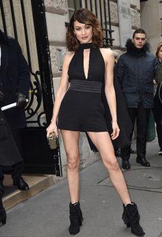 Olga Kurylenko arrasa na semana de moda de alta costura de Paris Olga Kurylenko chegou abalando um usou um look preto curto e decotado sem mangas completando com botas também pretas e bolsa de mão para o show de desfile de…