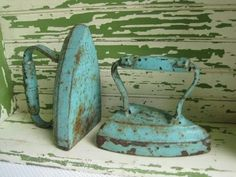 Fabulous pair of number 7 Antique Cast Iron Clothes Irons. These are painted a magnificent aqua blue. Time has aged these to shabby chic perfection. Antique Iron, Vintage Iron, Look Vintage, Vintage Decor, Vintage Antiques, Retro Vintage, Vintage Items, Photo Deco, Azul Tiffany