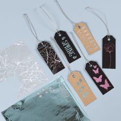Tee kauniita pakettietikettejä koristelemalla ne liimafolioisilla kuvioilla ja koristefoliolla. IDEA 15233 Dog Tags, Dog Tag Necklace, Jewelry, Design, Madness, Jewlery, Bijoux, Schmuck, Jewerly