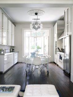 Classic white kitchen, dark floors, Eiffel chairs, modern chandelier, long dining table in kitchen Küchen Design, Home Design, Clean Design, Style At Home, Sol Sombre, Kitchen Designs Photos, Bathroom Designs, Casa Clean, Kitchen Flooring