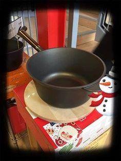 La coppia perfetta in cucina ?!... Polenta e paiolo antiaderente di alta qualità, come quello creato da Pentolpress; utile non solo per cucinarci la polenta, ma molto altro !!! In questa confezione natalizia trovi, oltre al paiolo col manico di legno removibile, un pratico tagliere tondo. #villamontesiro #fratelli_villamontesiro #villa_casalinghi #ul_piatè_de_munt #pentolpress