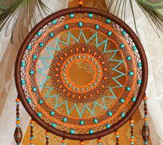 Dreamcatcher détaillé est fait dans le style de Bobo. Il combine quatre couleurs différentes : marron, orange, turquoise, vert. Jai utilisé