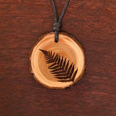 Farn - Ketten Holzschmuck aus Naturholz / Anhänger Alice And Jasper, Wood Burn Designs, Woodburning, Pyrography, Wood Working, Jewelry Ideas, Biscuit, Jewlery, Pendant Necklace