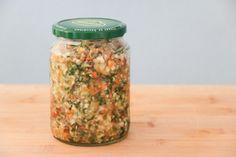 Wunderbare Suppenwürze Lauch (Porree), Zwiebeln, Tomaten, Karotten, Petersilienwurz, Sellerie, Salz. Alle Zutaten zu je gleichen Teilen kleinhäckseln und miteinander vermischen. Danach in Gläser füllen.