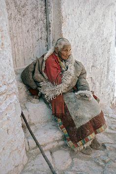 Nun in Shigatsé, 1985 Nepal, Costume Tribal, Larp, Le Tibet, Marc Riboud, Asia, Cambodia Travel, Tibetan Buddhism, Travel Oklahoma