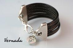 Vernada Design -nahkakäsikoru, musta tikattu, 30mm leveä. #Vernada #jewelry #bracelet #wraparound #leather #suomestakäsin #finnishdesign