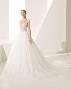 Abito da sposa stile principessa in guipure e tulle maniche corte, scollo a V profondo, schiena scollata con trasparenze. Collezione 2018 Rosa Clará Couture.