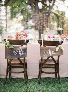 Los carteles de Sr. y Sra en madera en la silla de los novios