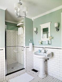 10 banheiros com paredes bicolores. Clássico: Brincar com a dupla de preto e branco é uma das coisas mais divertidas da decoração, principalmente quando não se prende aos clichês. Neste banheiro, os revestimentos de piso são diferentes para a área de circulação e dentro do box. A linha preta também surge como detalhe do azulejo branco na parede. Elementos clássicos, como a pia, o espelho, as luminárias e o lustre dão o tom mais erudito ao banheiro.