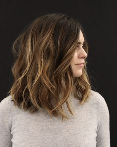 Flattering Wavy Bob Hairstyles for Women. When we think of bob hairstyles sleek and shiny haircuts come to mind, but what about wavy bob? Short Medium Layered Haircuts, Short Hairstyles For Thick Hair, Best Short Haircuts, Winter Hairstyles, Short Brunette Hairstyles, Haircut Wavy Hair, Thick Short Hair Cuts, Hairstyles 2018, Pixie Haircuts