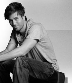 Enrique Iglesias ahhh smileeyy <3 so damn cutt and awesomee <3 :D