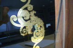 Geëtst glas met bladgoud relief. Glas vergulden met bladgoud | Schitterend.eu