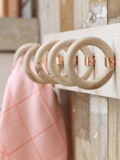 portes serviettes murales en bois clair pour la salle de bain