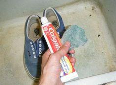 Zubní pasta rozzáří nejen váš úsměv, ale i zašpiněné tenisky. Naneste jí hrubým hadříkem a pak omyjete vodou.