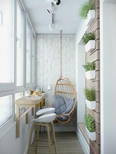 decoration jardin terrasse, amenagement petite terrasse, table pliable en bois clair, mur végétal avec des pots rectangulaires blancs, sol couvert de bois beige, deux chaises de bar en plastique blanche et pieds en bois clair