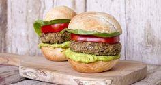Veggie Burgers (Μπέργκερς) από τον Άκη. Είναι burgers (μπέργκερς) λαχανικών με πλιγούρι, φακές και σως αβοκάντο. Αυτά τα burgers πρέπει να τα δοκιμάσετε!