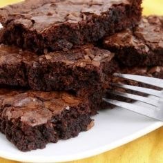 Taste's Just Like A Box Mix! Looking for an easy and inexpensive homemade fudge brownie recipe? You can make these homemade fudge brownies in less than 5 minutes for less than 50 cents a batch. Paleo Brownies, Brownies Caramel, Homemade Fudge Brownies, Chocolate Raspberry Brownies, Chocolate Fudge, Bean Brownies, Protein Brownies, Chewy Brownies, Chocolate Protein