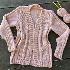 Cardigan Rose com Pérolas Knit Cardigan Pattern, Crochet Cardigan, Cardigan Rosa, Sweater Cardigan, Baby Knitting Patterns, Hand Knitting, Hand Knitted Sweaters, Crochet Doll Pattern, Pulls