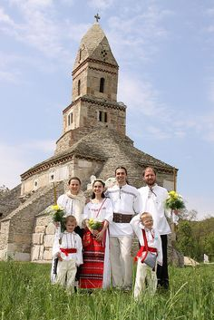 Romanian Traditional costumes in front of the Densus Church. One of our more mysterious buildings. Bulgaria, Wonderful Places, Beautiful Places, Romania People, People Around The World, Around The Worlds, Romanian Wedding, Visit Romania, Art Populaire