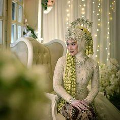 Melody Nurramdhani Laksani look so beautiful in her wedding day 3 November 2018 Muslimah Wedding, Wedding Hijab, Wedding Poses, Wedding Bride, Diy Wedding, Dream Wedding, Wedding Day, Wedding Dresses, Beauty Shoot