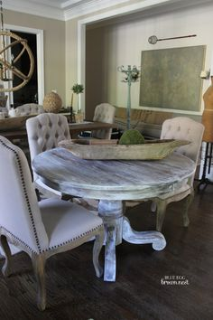 paint your kitchen table and chairs Rustic Kitchen Tables, Dinning Room Tables, Round Dining Table, Farmhouse Table, Table And Chairs, Kitchen Seating, Dining Chairs, White Wash Table, Living Style