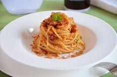 spaghetti con pomodorini secchi, acciughe e pan grattato