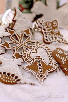 Pierniczki 2009 - dekoracja lukrem Relatively easy cookie decorating Christmas Sweets, Christmas Kitchen, Christmas Gingerbread, Noel Christmas, Christmas Goodies, Christmas Baking, Gingerbread Cookies, Gingerbread Ornaments, Xmas