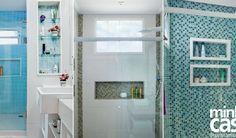 De fácil execução em obra, esse recurso aproveita o interior da parede para acomodar produtos de higiene pessoal. Inspire-se nesta seleção de projetos com muitas opções de recortes, medidas e revestimentos