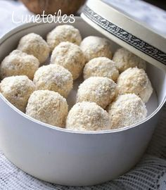 Recipe easy homemade raffaello Hello everyone, Who does not love Raffaello? Protien Mug Cake, Desserts With Biscuits, Fudge, Ice Cream Candy, Food Tags, No Sugar Foods, Yummy Cookies, Diy Food, Ferrero Rocher