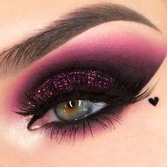 The smokey eye makeup is a timeless classic. Check out some of the best smokey eye makeup looks and ideas from the big and bold, to the soft and subtle. Shimmer Eye Makeup, Smokey Eye Makeup, Eyeshadow Makeup, Makeup Brushes, Eyeshadow Guide, Eyeshadow Palette, Dramatic Eyeshadow, Makeup Remover, Sparkly Eyeshadow