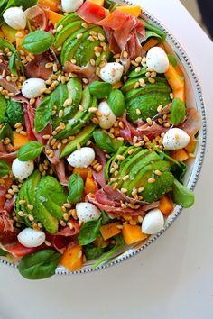 En pæn, simpel og lækker melonsalat med mozzarella, serranoskinke, balsamico, basilikum og ristede pinjekerner. Det er den bedste sommersalat, jeg kender.