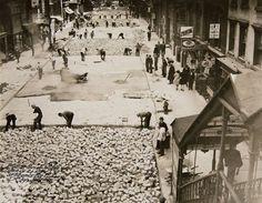 Trabajadores colocan el pavimento en la calle 28 en Nueva York en una fotografía del 2 de octubre de 1930 proporcionada por los Archivos Municipales de Nueva York  (Foto AP/ New York City Municipal Archives, Borough President Manhattan) MANDATORY CREDIT