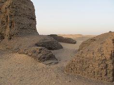 Recinto amurallado de adobe de Khasekhemwy en Abidos , Egipto , Egypt , Abydos.   por Soloegipto