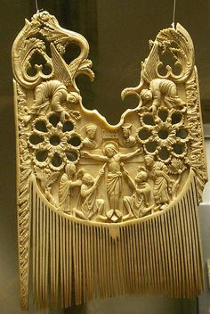 Ivory comb of St Heribert with Sol & Luna Crucifixion, century, Carolingian, Schnütgen Museum, Cologne. Vintage Hair Combs, Vintage Jewelry, Hair Jewelry, Bridal Jewelry, World Hair, Tribal Hair, Carolingian, Jad, Hair Slide